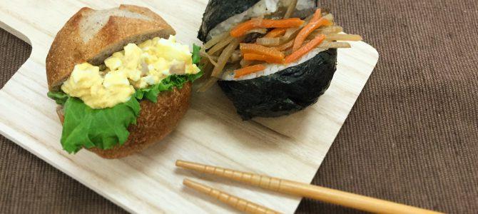 黒米パンのサンドイッチとパッカンおにぎりの双子モーニング